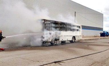 Se incendia transporte de personal