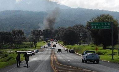 Normalistas incendian camión; exigen plaza automática