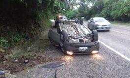 Vuelca automóvil en la Valles-Tamazunchale