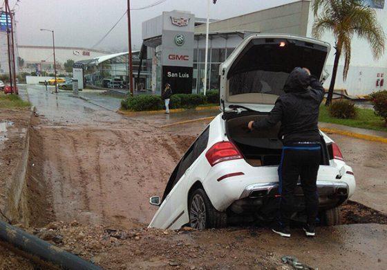Camioneta cae en obra inconclusa de periférico