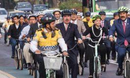 Diputados llegan en bici... y se van en camioneta