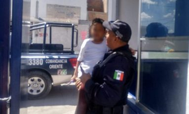 Agentes municipales encuentran a niño extraviado,  tras escapar de la escuela