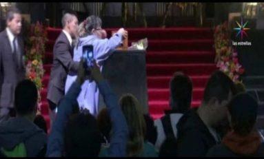 Mujer burla seguridad y abraza urna de 'Juanga' en Bellas Artes