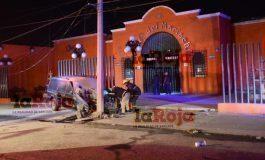 Choque entre dos camionetas en Gálvez obliga al desalojo de la Plaza el Mariachi