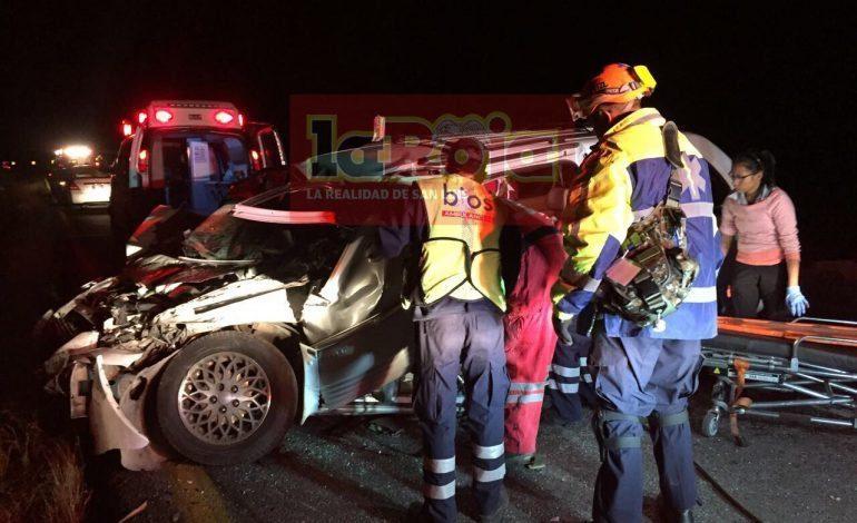 Conductor se impacta contra camión en la 57 y termina prensado