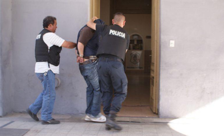 Detienen a Dos Hombres por Corrupción de Menores en Rayón