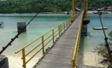 Puente indonesio atestado de personas se derrumba y deja nueve muertos
