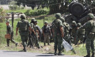Chocan tráiler y Hummer del Ejército; un muerto y tres heridos