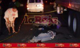 Conductor de una motocicleta muere al impactarse contra trailer en la Zona Industrial