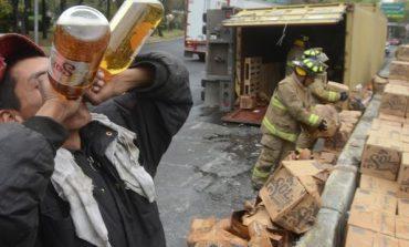 Volcó trailer con cerveza en Peralvillo y hubo quien aprovechó