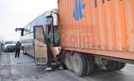 Choque de autobús deja un muerto y varios heridos