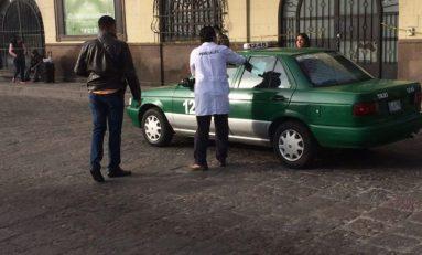 Fallece taxista abordo de su unidad