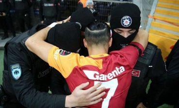 ¡Tremendo gesto de un futbolista con policías turcos!