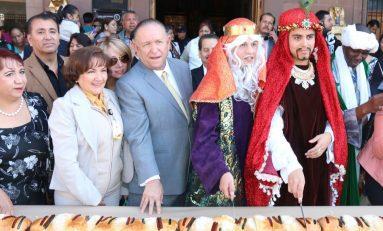 Familias y Gobierno Capitalino parten mega-rosca de reyes en  Palacio Municipal