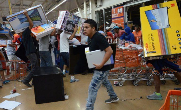Peña Nieto no calma la calle y aumentan los saqueos por el alza de la gasolina