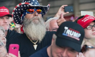 """Los fieles arropan al presidente Trump: """"Vamos a levantar un muro como la muralla china"""""""