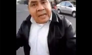 Conductor atropella a peatón y luego lo golpea