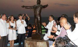 Desvelan estatua de Juan Gabriel en el balneario de Acapulco