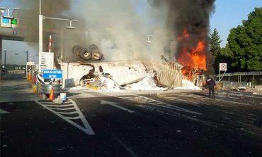 Vuelca tráiler y se incendia en la autopista México-Toluca