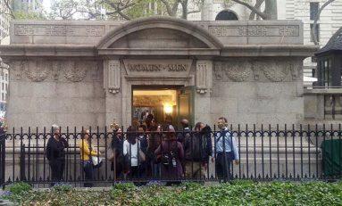 El baño más caro de NY, con obras de arte y música clásica
