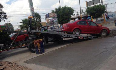 En presunto estado de ebriedad, conductor irrumpe en obras en Rutilo Torres