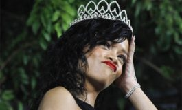 Critican a Rihanna por 'burlarse' de la reina de Inglaterra