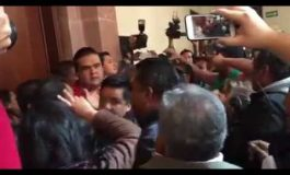 Zafarrancho en el Congreso del Estado; comerciantes ambulantes irrumpen y agreden a personal.