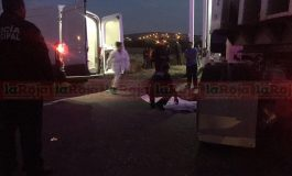 Pareja en moto es atropellada por trailero; muere la esposa
