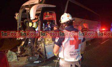Autobusazo deja 14 heridos y el chofer prensado, iban con destino a Monterrey