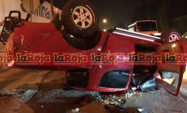 Conductor alcoholizado voltea en su camioneta tras impacta dos vehículos luego de pasarse el semáforo