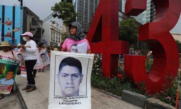 Indemnizan a falsas víctimas de Ayotzinapa; madre de futbolista pide apoyo