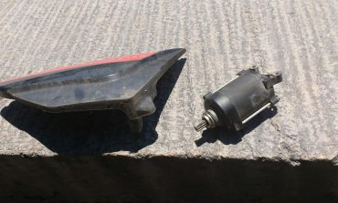 Aseguran a hombre por presunto robo de piezas de motocicleta al interior de comercio
