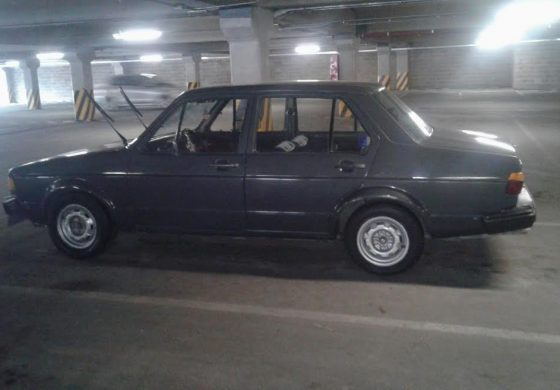 Abandonan en estacionamiento de tienda comercial un auto robado