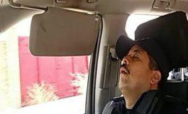 Evidencian a ex funcionario estatal durmiendo una siesta en vehículo oficial