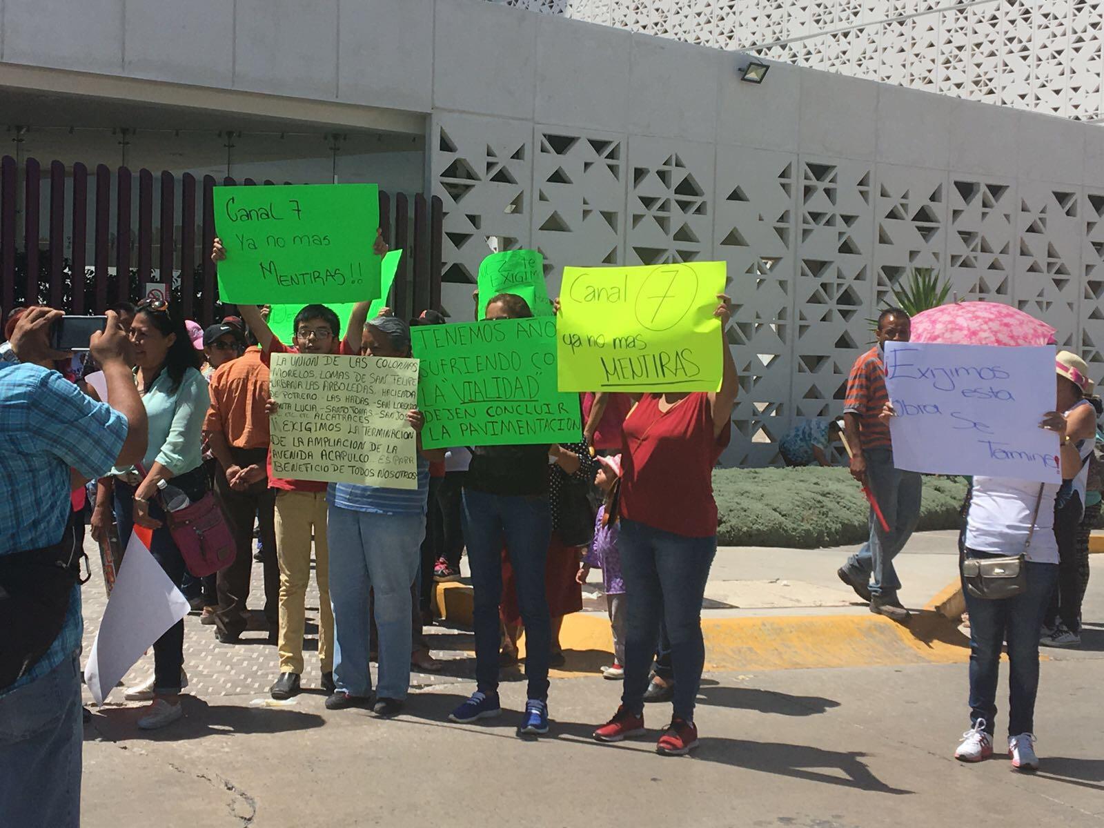 vecinos protestan para reanudar obras en calle Acapulco - La Roja
