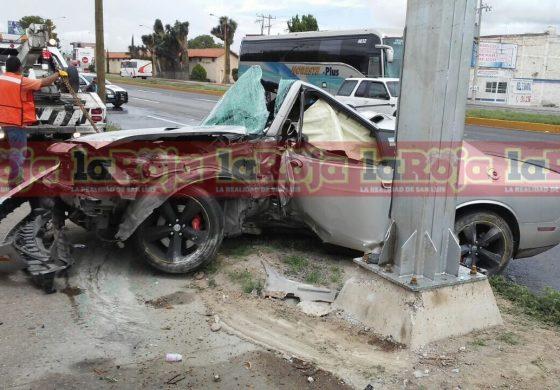 Raudo conductor estampa su vehículo en carretera a Matehuala