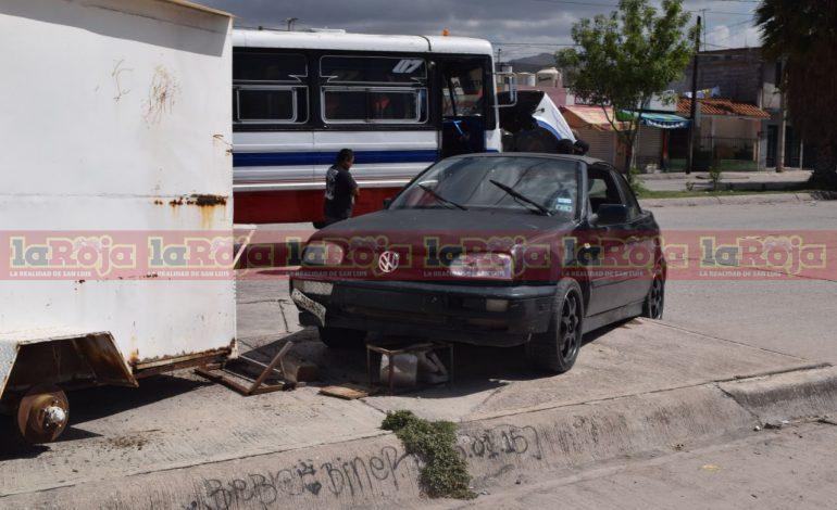Transporte de personal impacta a auto contra puesto de comida en El Aguaje