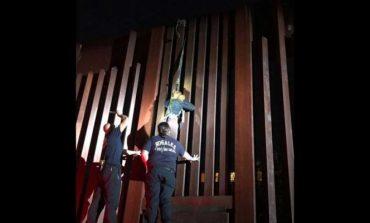 'Polleros' dejan colgada a mujer en valla fronteriza