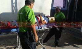 Camioneta impacta auto en lateral de la 57, una mujer lesionada