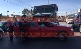 Camioneta de valores arrolla auto en Avenida Juárez