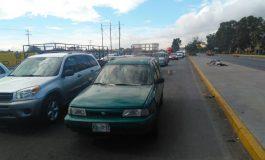 A media calle abandonan vehículo robado