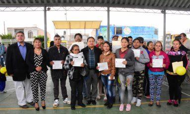 Entregan 64 certificados de educación básica a adultos participantes en PEC