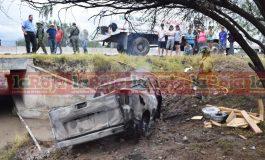 Racha de accidentes mortales, hombre muere calcinado tras perder el control de camioneta e impactar la base de un puente