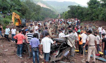 Suman 46 muertos por alud que sepultó carretera en India