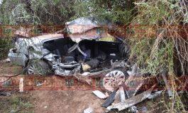 Trailer prensa vehículo contra árbol en Carretera a Villa de Reyes, conductor muere al instante