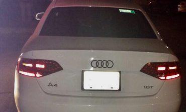 Chocan y abandonan un Audi con reporte de robo