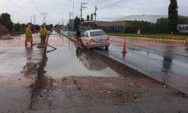 Auto cae en zanja de obras del metrobús