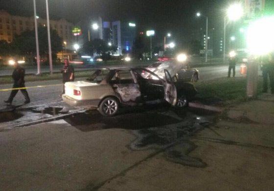 Grupo delictivo quema Tsuru con un cuerpo adentro cerca de la zona de antros en la 57