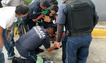 Menor es auxiliado tras quedar atorado en bicicleta que lo transportaban