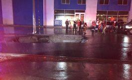 Muere mujer al caer su camioneta en socavón